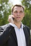 Εύθυμος νέος επιχειρηματίας που καλεί τηλεφωνικώς Στοκ εικόνα με δικαίωμα ελεύθερης χρήσης