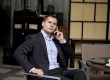 Εύθυμος νέος επιχειρηματίας που καλεί τηλεφωνικώς Στοκ Εικόνες