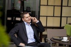 Εύθυμος νέος επιχειρηματίας που καλεί τηλεφωνικώς Στοκ εικόνες με δικαίωμα ελεύθερης χρήσης