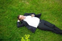 Εύθυμος νέος επιχειρηματίας που καλεί τηλεφωνικώς Στοκ Φωτογραφία