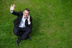 Εύθυμος νέος επιχειρηματίας που καλεί τηλεφωνικώς Στοκ Εικόνα