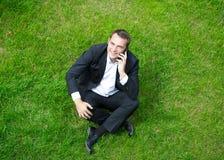 Εύθυμος νέος επιχειρηματίας που καλεί τηλεφωνικώς Στοκ φωτογραφίες με δικαίωμα ελεύθερης χρήσης