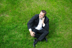 Εύθυμος νέος επιχειρηματίας που καλεί τηλεφωνικώς Στοκ φωτογραφία με δικαίωμα ελεύθερης χρήσης