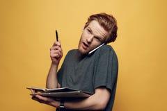 Εύθυμος νέος επιχειρηματίας που μιλά στο τηλέφωνο Στοκ Φωτογραφία