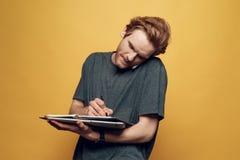 Εύθυμος νέος επιχειρηματίας που μιλά στο τηλέφωνο Στοκ φωτογραφίες με δικαίωμα ελεύθερης χρήσης