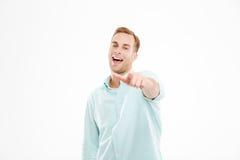 Εύθυμος νέος επιχειρηματίας που στέκεται και που δείχνει σε σας Στοκ φωτογραφία με δικαίωμα ελεύθερης χρήσης