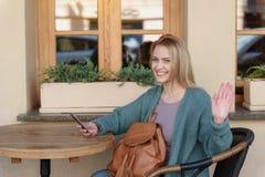 Εύθυμος νέος χαιρετισμός γυναικών κάποιος στην οδό Στοκ Φωτογραφίες