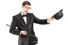 Εύθυμος νεαρός άνδρας σε ένα κοστούμι δεσμών τόξων και ένα τοπ καπέλο Στοκ Εικόνες