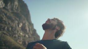 Εύθυμος οδοιπόρος που στέκεται ενάντια στον ουρανό απόθεμα βίντεο