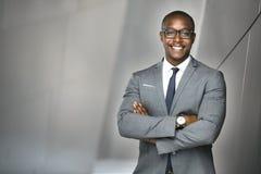 Εύθυμος οικονομικός εκτελεστικός επενδυτής αποθεμάτων επιχειρησιακών ατόμων που στέκεται ψηλός και υπερήφανος Στοκ φωτογραφία με δικαίωμα ελεύθερης χρήσης