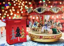 Εύθυμος πηγαίνετε γύρω από και χριστουγεννιάτικο δώρο στο ζωηρόχρωμο υπόβαθρο στοκ εικόνες