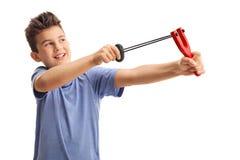 Εύθυμος πυροβολισμός παιδιών με μια σφεντόνα Στοκ Φωτογραφία
