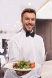 Εύθυμος σερβιτόρος. Στοκ Φωτογραφία