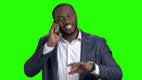 Εύθυμος σκοτεινός-ξεφλουδισμένος διευθυντής που μιλά στο τηλέφωνο απόθεμα βίντεο