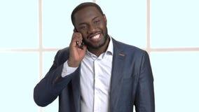 Εύθυμος σκοτεινός-ξεφλουδισμένος επιχειρηματίας που μιλά στο τηλέφωνο φιλμ μικρού μήκους