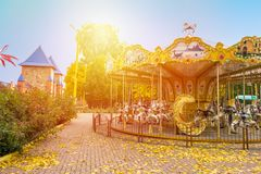 Εύθυμος-στρογγυλός-πηγαίνετε ιπποδρόμιο αλόγων στο πάρκο φθινοπώρου Πνεύμα τοπίων πτώσης Στοκ Εικόνες
