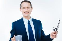 Εύθυμος συμπαθητικός επιχειρηματίας που εξετάζει σας Στοκ Φωτογραφία