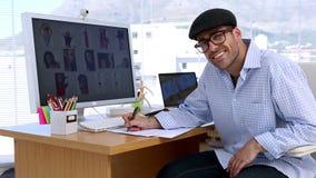 Εύθυμος συντάκτης φωτογραφιών που γράφει σε χαρτί φιλμ μικρού μήκους