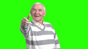 Εύθυμος συνταξιούχος παππούς που παρουσιάζει έγκρισή του απόθεμα βίντεο