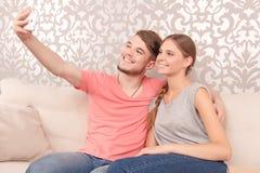 Εύθυμος σύζυγος που κρατά το κινητό τηλέφωνο Στοκ φωτογραφία με δικαίωμα ελεύθερης χρήσης