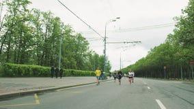 Εύθυμος τρέχοντας μαραθώνιος ατόμων που παρουσιάζει αντίχειρα απόθεμα βίντεο