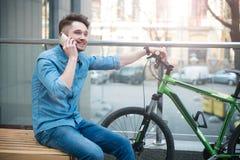 Εύθυμος τύπος που μιλά στο τηλέφωνο κυττάρων Στοκ Φωτογραφία