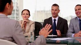Εύθυμος υποψήφιος εργασίας που γελά κατά τη διάρκεια μιας συνέντευξης φιλμ μικρού μήκους