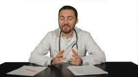 Εύθυμος χαμογελώντας γιατρός με τις καλές ειδήσεις που εξετάζει φιλμ μικρού μήκους