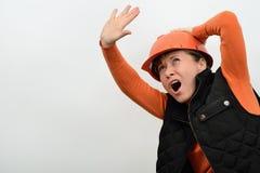 Εύθυμος χαμογελώντας εργάτης οικοδομών γυναικών με το ηλεκτρικό κατσαβίδι και εργαλεία στα χέρια ενός πριονιού μαιάνδρων Στοκ εικόνα με δικαίωμα ελεύθερης χρήσης