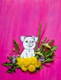 Εύθυμος χοίρος σε μια ανθοδέσμη των λουλουδιών φιαγμένων από χλόη και πικραλίδες Στοκ Εικόνες