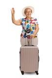 Εύθυμος ώριμος τουρίστας με έναν κυματισμό βαλιτσών στοκ φωτογραφίες με δικαίωμα ελεύθερης χρήσης