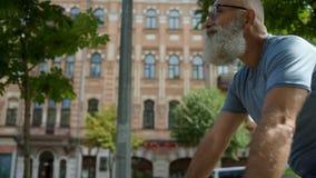 Εύθυμος ώριμος τύπος που απολαμβάνει το γύρο ποδηλάτων του απόθεμα βίντεο