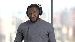 Εύθυμο άτομο που απολαμβάνει τη μουσική ακούσματος απόθεμα βίντεο
