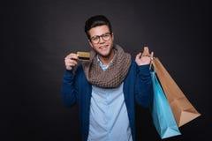 Εύθυμο άτομο που απολαμβάνει τις αγορές Στοκ Φωτογραφία