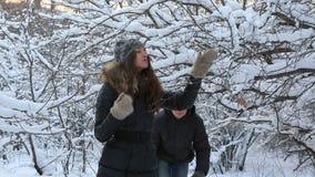 Εύθυμο άτομο που καλύπτεται με το όμορφο κορίτσι χιονιού μέσα απόθεμα βίντεο