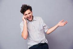 Εύθυμο άτομο που μιλά στο τηλέφωνο Στοκ εικόνες με δικαίωμα ελεύθερης χρήσης