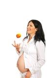 Εύθυμο έγκυο μήλο ρίψης στοκ φωτογραφία με δικαίωμα ελεύθερης χρήσης
