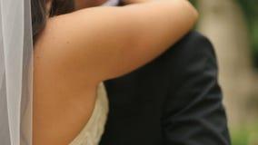 Εύθυμο αγκάλιασμα newlyweds, που συνειδητοποιεί ότι είναι παντρεμένα τώρα Υπαίθριος πυροβολισμός με το θερινό πάρκο ως υπόβαθρο απόθεμα βίντεο