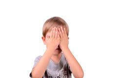 Εύθυμο αγόρι 5 έτη που κλείνουν από τα μάτια χεριών Στοκ Φωτογραφίες