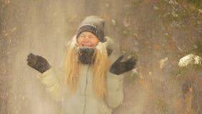 Εύθυμο αγόρι κοριτσιών μαζί στο μειωμένο χιόνι υποβάθρου από το δέντρο στο χειμερινό δάσος απόθεμα βίντεο