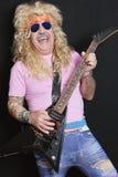 Εύθυμο ανώτερο άτομο που φορά τα γυαλιά ηλίου και που παίζει την κιθάρα Στοκ Εικόνα