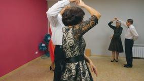Εύθυμο ανώτερο βαλς χορού ζευγών στη λέσχη χορού Ώριμοι άνδρας και γυναίκα που εκτελούν το βαλς στο βράδυ χορού μέσα φιλμ μικρού μήκους