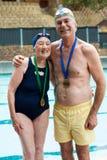 Εύθυμο ανώτερο ζεύγος που στέκεται στο poolside στοκ φωτογραφία με δικαίωμα ελεύθερης χρήσης