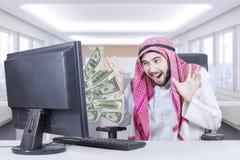 Εύθυμο αραβικό άτομο που φαίνεται χρήματα Στοκ φωτογραφία με δικαίωμα ελεύθερης χρήσης
