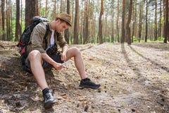 Εύθυμο αρσενικό τέμνον ξύλο τουριστών Στοκ Φωτογραφίες