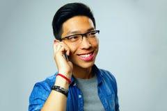 Εύθυμο ασιατικό άτομο που μιλά στο τηλέφωνο Στοκ φωτογραφίες με δικαίωμα ελεύθερης χρήσης