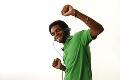 Εύθυμο αφρικανικό άτομο με τα ακουστικά στοκ εικόνες με δικαίωμα ελεύθερης χρήσης