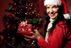 Εύθυμο δώρο Χριστουγέννων εκμετάλλευσης γυναικών Στοκ εικόνες με δικαίωμα ελεύθερης χρήσης