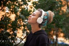 Εύθυμο ελκυστικό νέο κορίτσι στο hoodie και χρωματισμένος dreadlocks στοκ εικόνες με δικαίωμα ελεύθερης χρήσης