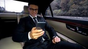 Εύθυμο επιχειρησιακό άτομο που κουβεντιάζει στο τηλέφωνο και το χαμόγελο, που με τη φίλη στοκ φωτογραφίες με δικαίωμα ελεύθερης χρήσης